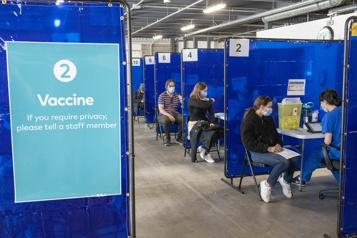 Premières doses L'Ontario et l'Alberta suspendent la vaccination avec l'AstraZeneca)