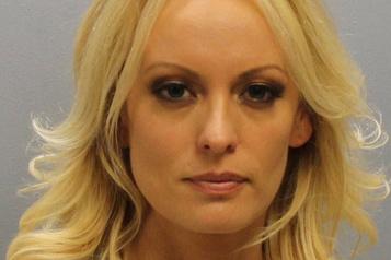 Deux policiers limogés pour avoir arrêté illégalement l'actrice porno Stormy Daniels