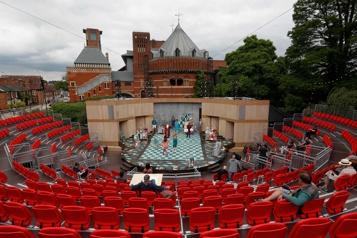 Dans la ville de Shakespeare, le théâtre revit en plein air)