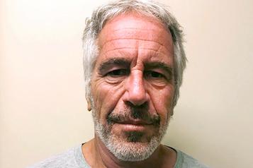 Mort de Jeffrey Epstein: les deux gardiens de prison accusés
