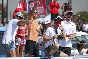 Super Bowl Les Buccaneers défilent sur l'eau à Tampa)