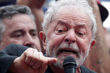 Brésil: Lula, remonté à bloc, accable Bolsonaro devant ses partisans