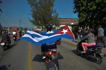Des milliers de Cubains manifestent contre l'embargo américain)