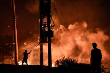 Incendies en Grèce Le mont Parnès en proie aux flammes près d'Athènes)