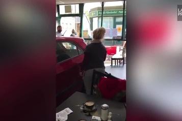 Ils échappent de peu à la mort dans un café)