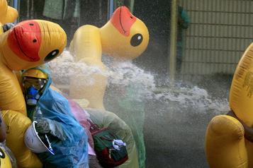 Canons à eau et gaz lacrymogène contre les manifestants pro-démocratie)