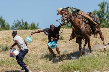 «Mauvais traitement» de migrants  Des gardes-frontières à cheval du Texas critiqués )