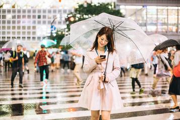 Une ville japonaise veut interdire l'usage du téléphone en marchant)