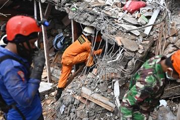 Séisme en Indonésie Une dizaine de survivants retrouvés dans les décombres)