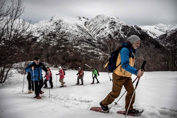 Station de ski fermées Les touristes redécouvrent la montagne en raquettes)