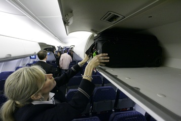 L'Italie interdit l'utilisation des compartiments à bagages en cabine)