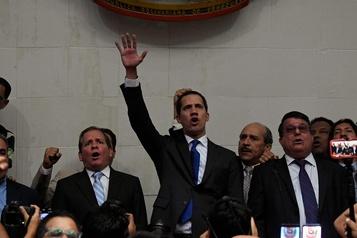 Venezuela: Guaidó force le passage et prête serment comme président du Parlement
