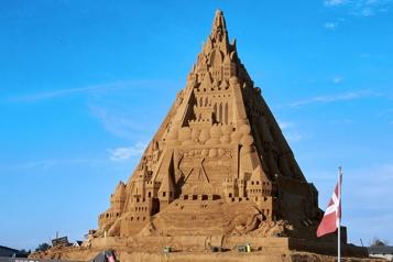Le plus haut château de sable construit au Danemark)