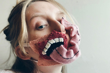Une designer islandaise crée des masques excentriques)
