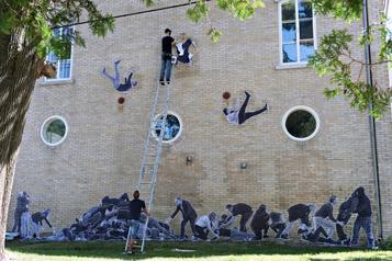 Le «Banksy de Québec» signe une nouvelle œuvre sur les inégalités )