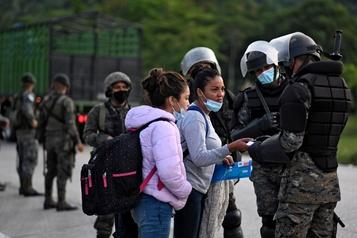 Des milliers de migrants honduriens se font rapatrier par le Guatemala)