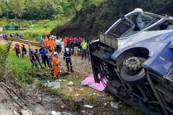 Brésil Un autocar tombe d'un viaduc, au moins 16 morts)
