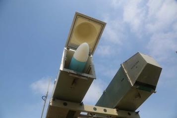 L'Iran dévoile un nouveau missile sur fond de tensions avec les États-Unis)