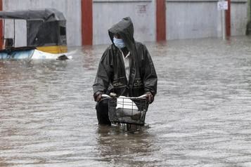 Le cyclone Nivar s'abat sur la côte Sud-Est de l'Inde)
