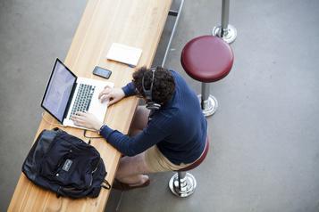 La COVID-19 plonge les étudiants étrangers dans l'incertitude)