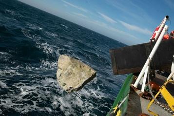 Pêche Des rochers contre les chalutiers)