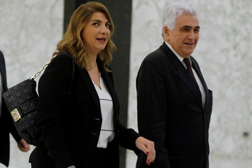 Liban: une troisième ministre démissionne, la rue veut plus)