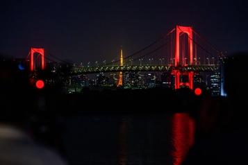 Le pont arc-en-ciel de Tokyo s'illumine de rouge)