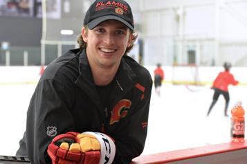 Flames de Calgary Jakob Pelletier en mode pro)