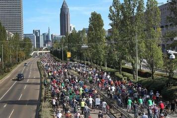 Tina Velo et des milliers d'Allemands défilent à bicyclette contre l'auto