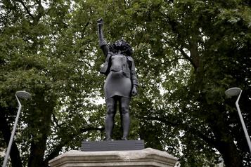 Bristol: la statue d'un marchand d'esclaves remplacée par celle d'une manifestante BLM)