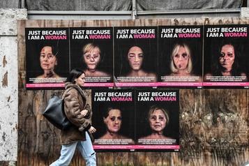 Les visages tuméfiés de Brigitte Macron et Michelle Obama placardés à Milan