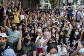 Thaïlande Dispersion dans le calme des manifestants prodémocratie)