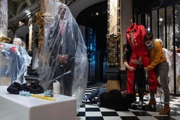 Musée Grévin Dernier coup de peigne aux statues de cire avant la réouverture)