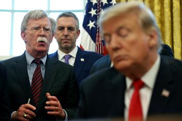 Trump tire à boulets rouges sur John Bolton, qui l'a «supplié» pour un travail