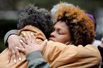Les familles Floyd et Wright réclament une réforme de la police aux États-Unis)