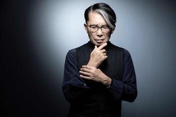Le créateur japonais Kenzo meurt des suites de la COVID-19)
