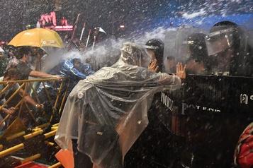 Thaïlande La police fait usage des canons à eau contre les manifestants)