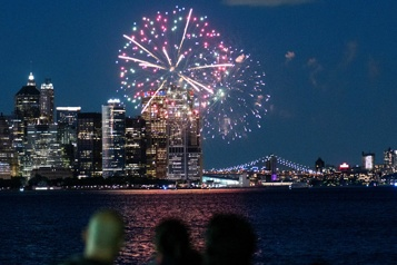 COVID-19 New York célèbre la fin des restrictions avec des feux d'artifice)