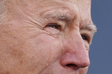 Joe Biden, très ému, quitte le Delaware à la veille de son investiture)