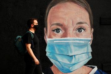 COVID-19: les masques chirurgicaux très efficaces, les bandanas beaucoup moins)