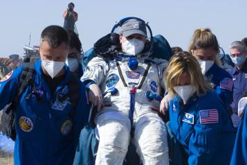 Retour sur terre de deux cosmonautes russes et une astronaute américaine)