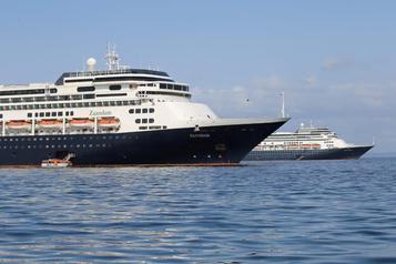 Le Zaandam et le Rotterdam franchissent le canal de Panama