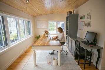 Un bureau confortable pour travailler àdomicile)