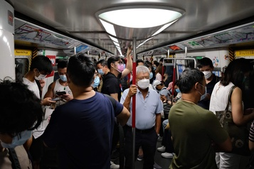 COVID-19: Hong Kong s'enfonce dans la récession, renforce les restrictions)