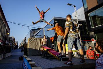 Le cirque anime la rue! )
