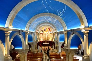 France Une fresque street art orne le plafond d'une église)