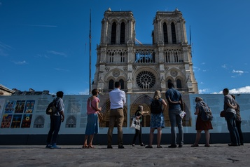 Les visites guidées autour de Notre-Dame de Paris reprennent)