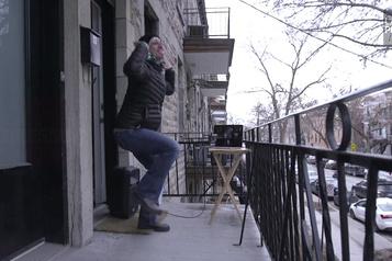 Se dégourdir «seul ensemble» sur son balcon