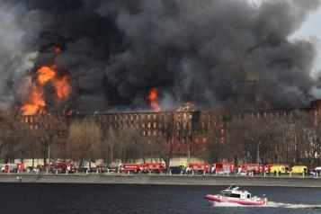 Gigantesque incendie dans une fabrique historique de Saint-Pétersbourg)