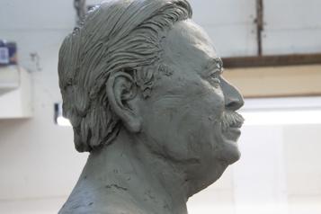 Statue de Jacques Parizeau  Un sculpteur accuse la famille d'ériger un «monument dumépris»)